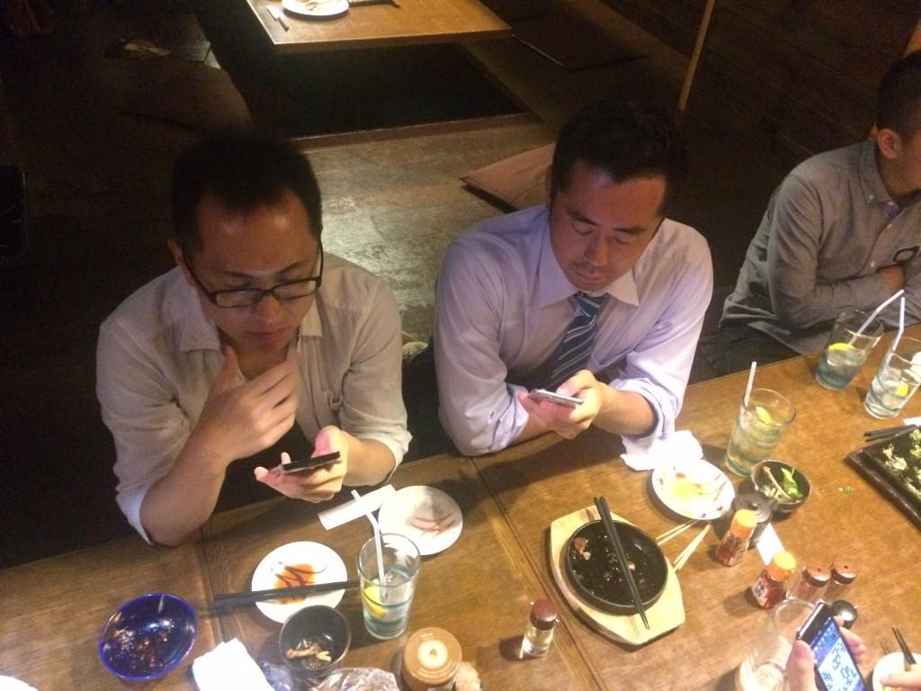 大会後にはミニ懇親会も行いました! 懇親会でも囲碁クエストで対局をする参加者のお二人。