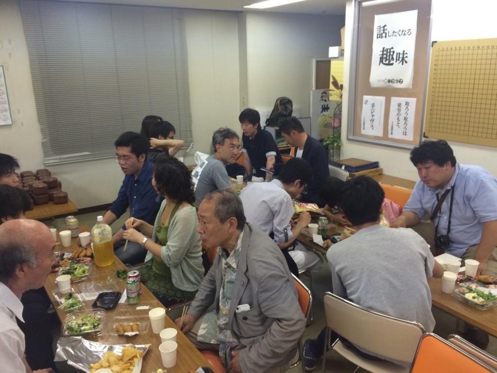 大会後には同会場で懇親会が行われました。大会参加者全員で交流を深め合う光景は日本初ではないでしょうか。