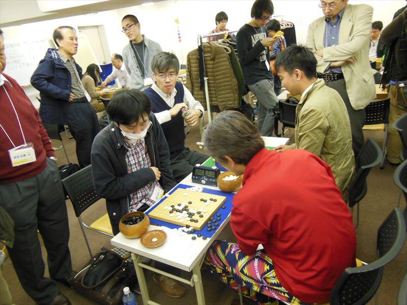 熱戦を終えて、感想戦の様子。この碁については、棋譜を近日中に公開します。